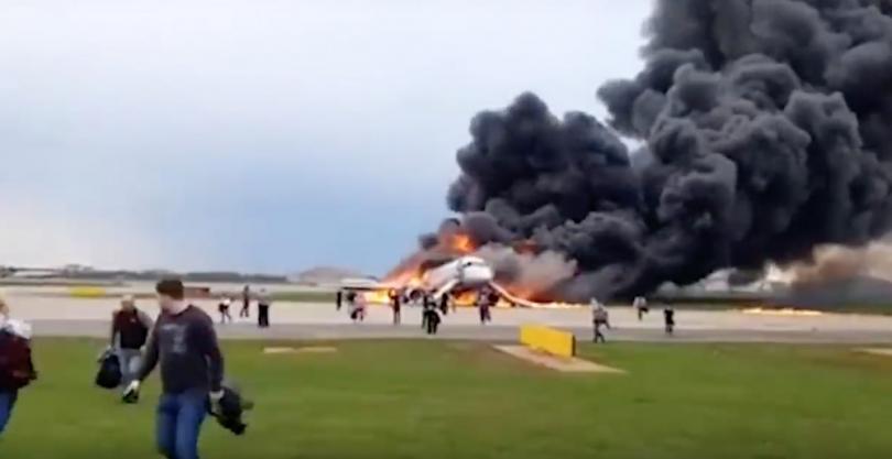 Эксперты выступили за наказание тех, кто спасал багаж при пожаре самолёта