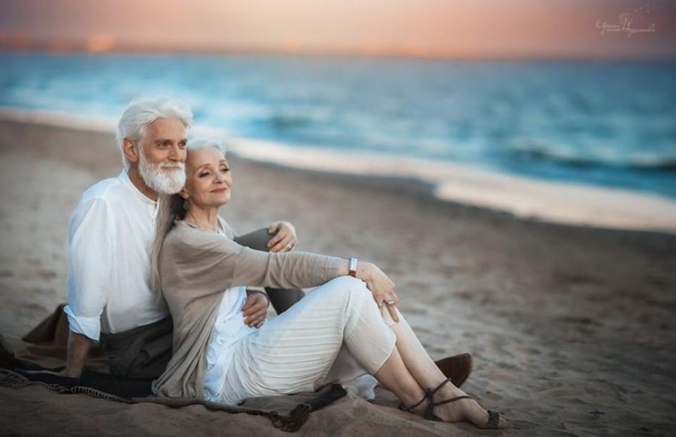 Любовь не подвластна времени. Фотосессия пожилой пары из России бьет все рекорды популярности