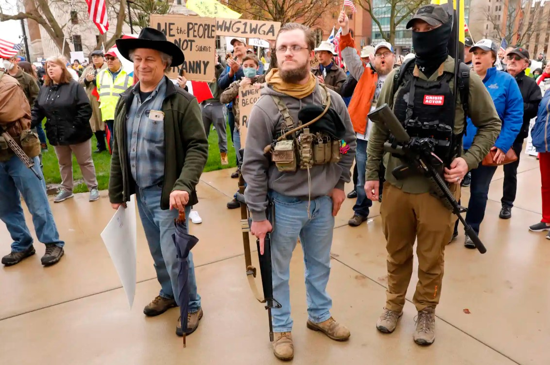 Сторонники Трампа и Байдена вооружаются до зубов