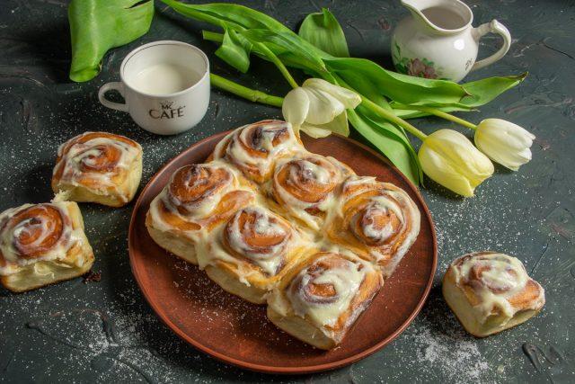 Сдобные булочки синнабон с корицей и маскарпоне