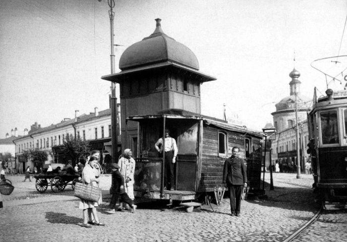 Трамвайный диспетчерский пункт на Таганской площади. На заднем плане - Воскресенская церковь в Таганке (снесена).