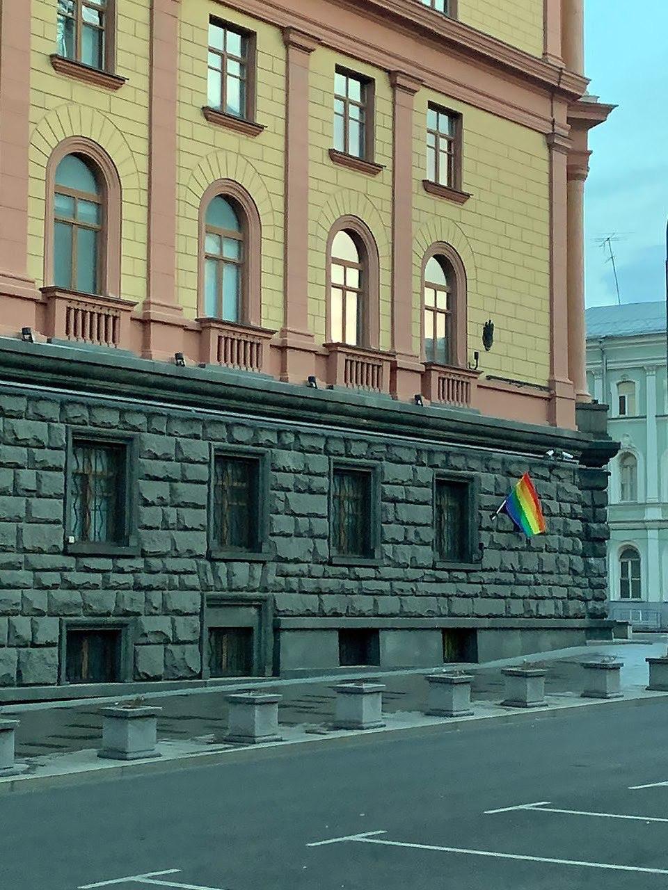 """Pussy Riot """"поздравили Путина"""", развесив радужные флаги по Москве"""