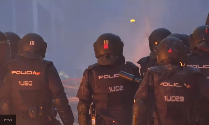 """Российские либералы """"не замечают"""" полицейского насилия в Барселоне"""
