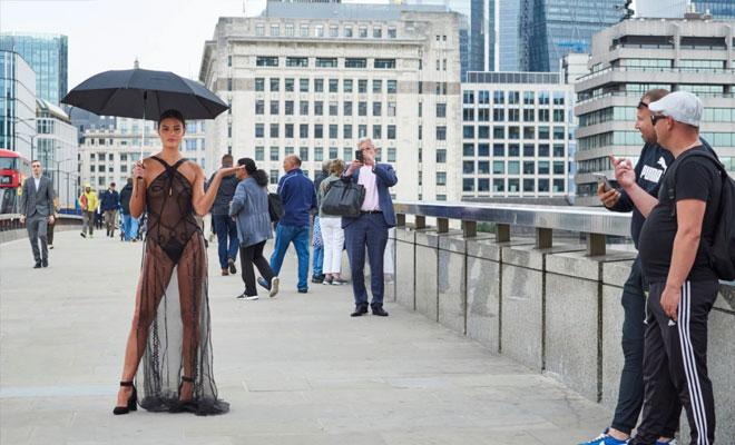 Женщина надела невидимое платье и вышла в город проверить реакцию горожан Культура