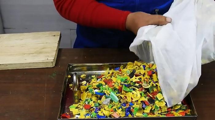Делаем разделочную доску из пластиковых крышек шаблон, противень, несколько, пластика, удаляем, доски, замок, маслом, доска, разделочная, используя, струбцины, формы, смазанный, растительным, форму, пластик, сторон, сырье, пластиковые