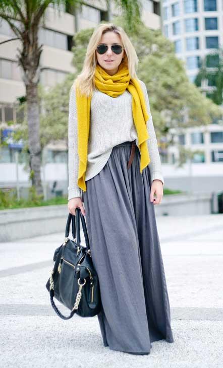 Девушка в жемчужной юбке и асимметричном свитере