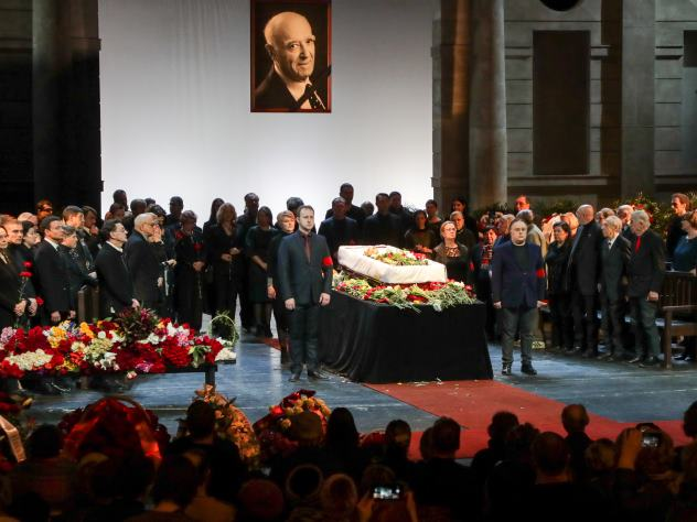 Клара Новикова на похоронах …