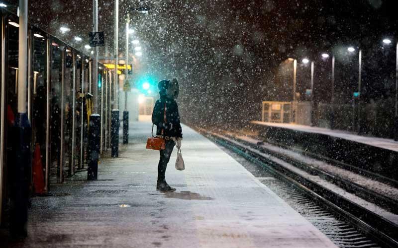 Поздний вечер, девушка стоит на платформе и ждет электричку. На платформу заходят четверо ментов…