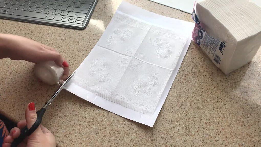 Девушка приклеила на картон салфетку, распечатанную на принтере. Результат получился очень необычным