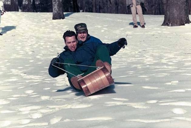 Арнольд Шварценеггер и Джордж Буш-старший катаются на санках, 1991 год