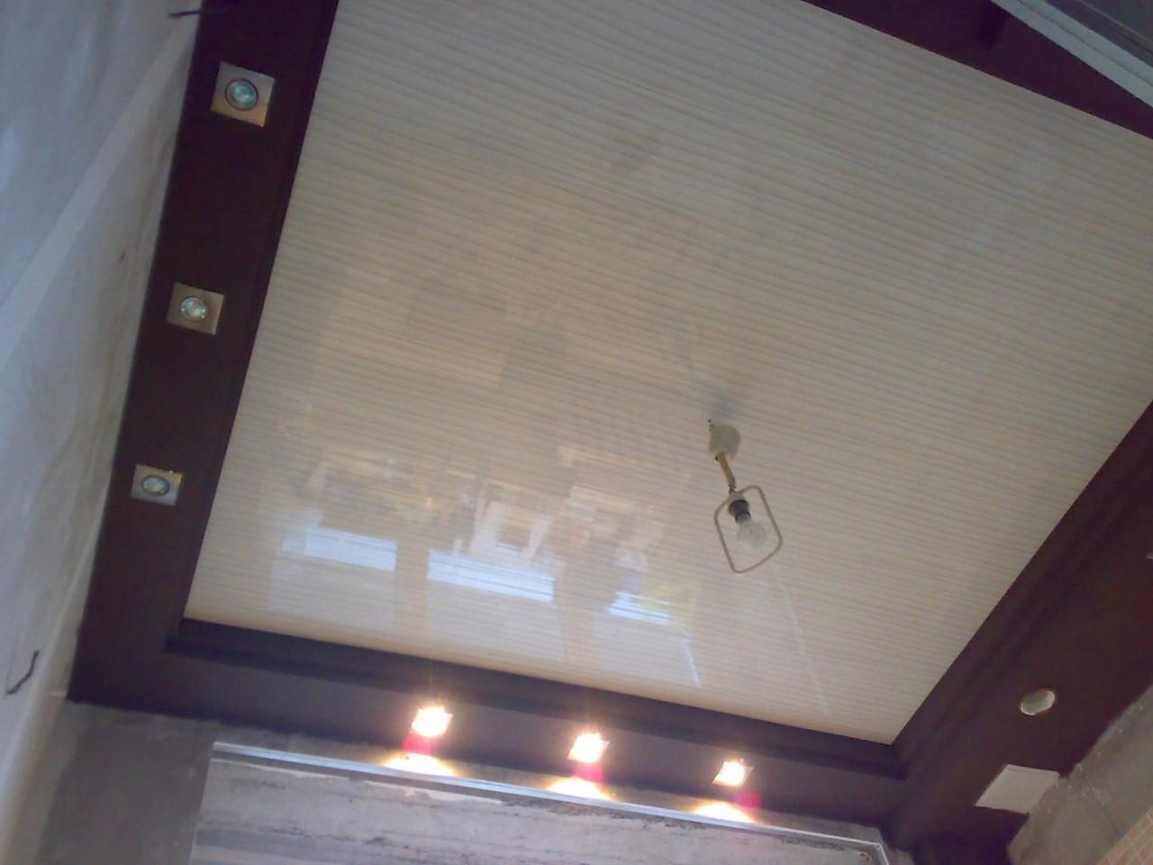 ремонт потолка на кухне пластиковыми панелями фото
