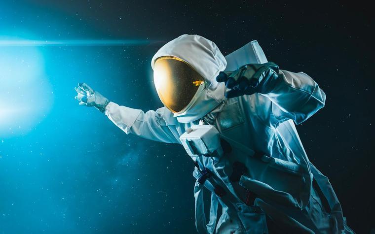 Сколько бы выжил человек в скафандре в открытом космосе?