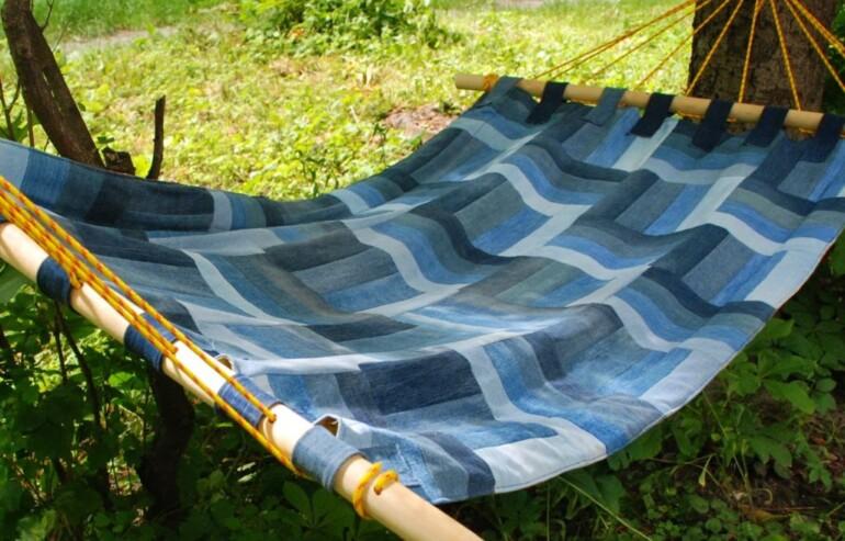 Простой гамак из старого покрывала для любителей отдохнуть на даче для дома и дачи,мастер-класс