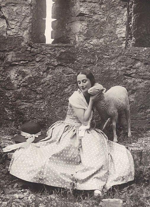 Анна Павлова обожала животных и с удовольствием фотографировалась с ними.
