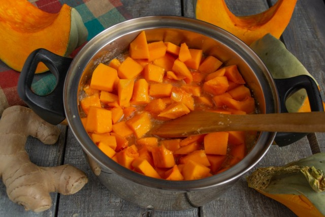 Высыпаем нарезанную тыкву в кастрюлю с тёплым сиропом, доводим до кипения