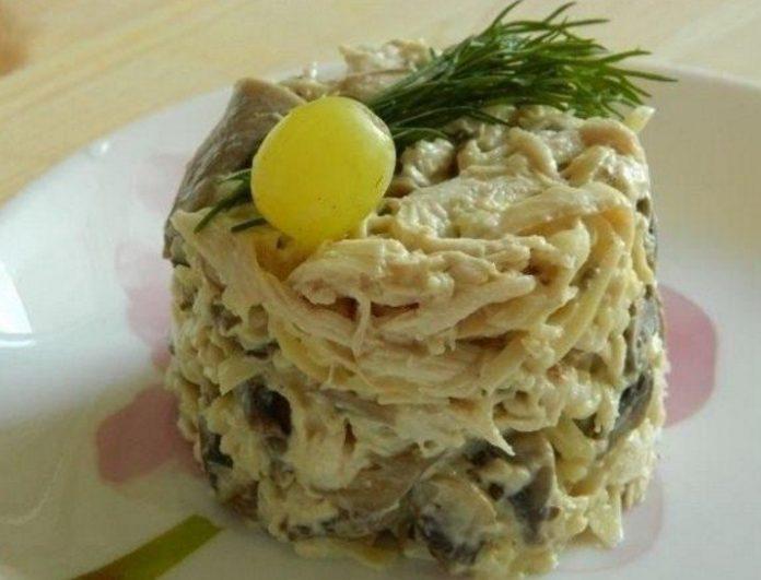 Оригинальный грибной салат с курицей и сыром — можно им гордиться
