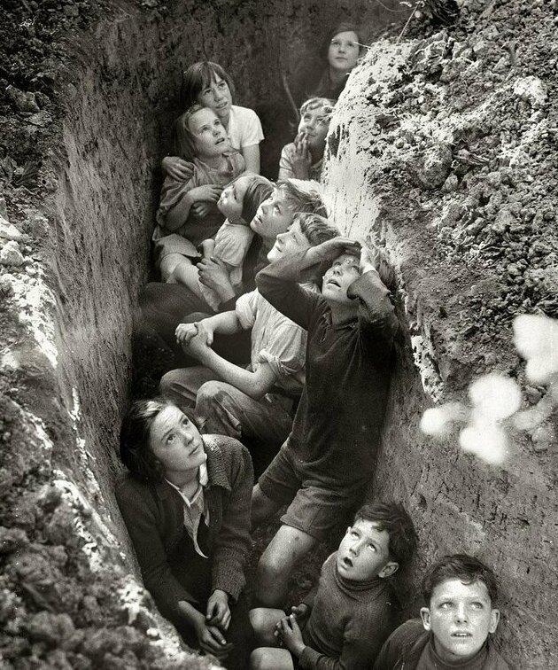 3. Дети в окопах бомбоубежища в Англии, примерно 1941 год интересно, исторические фото, история, ностальгия, фото
