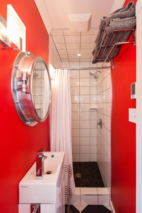 Ярко-красный цвет в оформлении дизайна небольшой ванной комнаты.