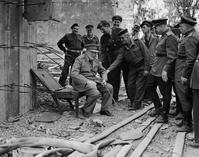 6. Уинстон Черчилль садится на то, что осталось от кресла Адольфа Гитлера в июле 1945 года интересно, исторические фото, история, ностальгия, фото