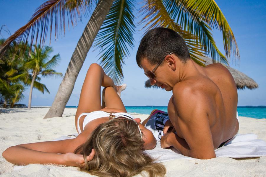Картинка пляж девушка и парень
