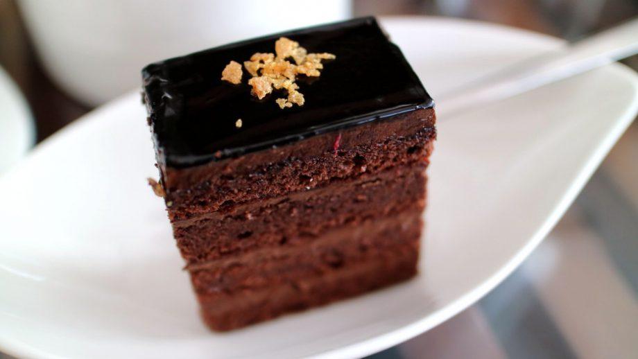 Очень мягкий, нежный и просто тает во рту, а еще этот шоколадный тортик легко приготовить