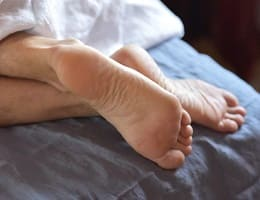 Что делать, если сводит ноги судорогой? Готовим простую и эффективную домашнюю мазь