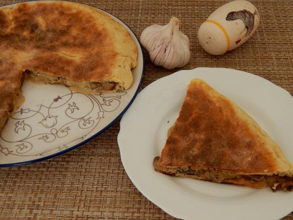 Лепешка на сковороде с грибами и сыром
