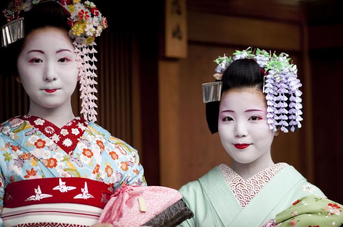Юные майко из Киото. У девочки накрашена только одна нижняя губа – характерный признак младшей майко.