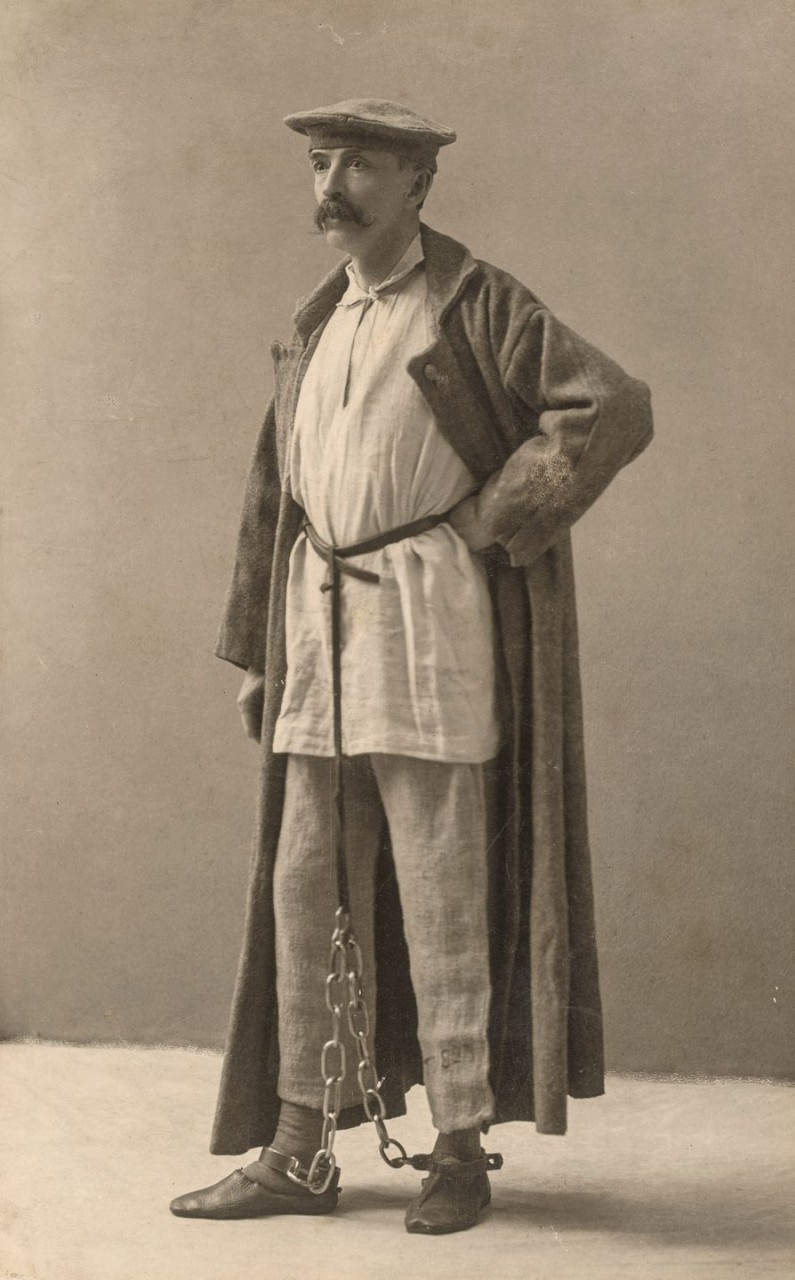 Джордж Кеннан позирует в сибирском платье изгнанника, каждый кусок ему дал изгнанник из платья, которое он носил