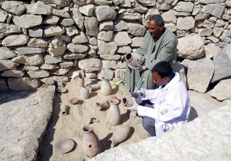 """""""Один саркофаг был в стиле риши, восходящий к 17-й династии, в то время как другой саркофаг был 18-й династии"""", - сказал министр по делам древностей Египта Халед аль-Анани ynews, археолог, гробница, египет, мир, мумия, наука, саркофаг"""