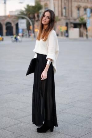 Девушка в длинной юбке и укороченном свитере