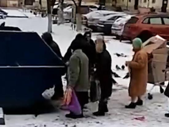 Российские пенсионеры вновь стали драться за просроченную еду с помоек