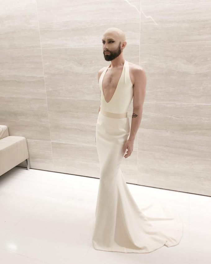 сердечком мужчина в платье картинки отелем находятся