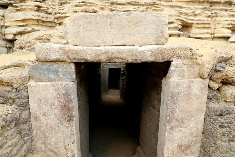 Саккара была некрополем Мемфиса - столицы Древнего Царства Египт, в мире, гробницы, кошки, мумия, находка, пирамиды