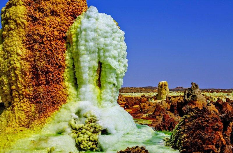 Соляные залежи, образовавшиеся вокруг гейзера. Фото: Танги Сен-Сира (Tanguy de Saint-Cyr: Shutterstock) безжизненное место, вулканы, интересное, фотографии