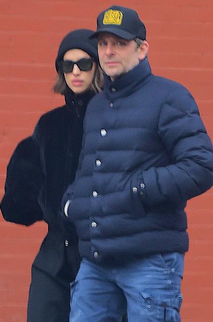 Стильный casual: Ирина Шейк и Брэдли Купер на прогулке в Нью-Йорке звездные пары