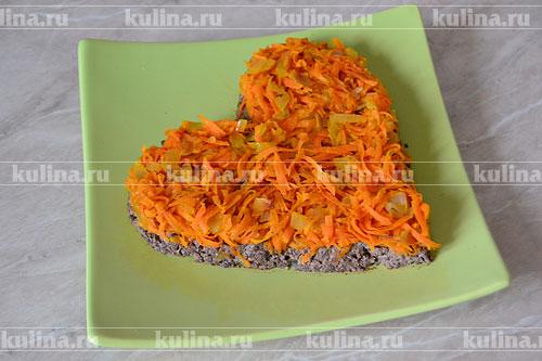 Остывшие овощи выкладываем в салат вторым слоем на слой печени, повторяя форму сердца.