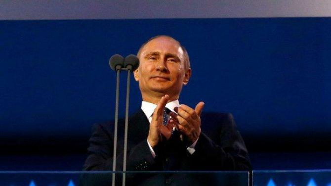 Путин стоя аплодирует нашим …