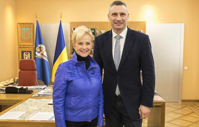 Вдова Маккейна прибыла на Украину
