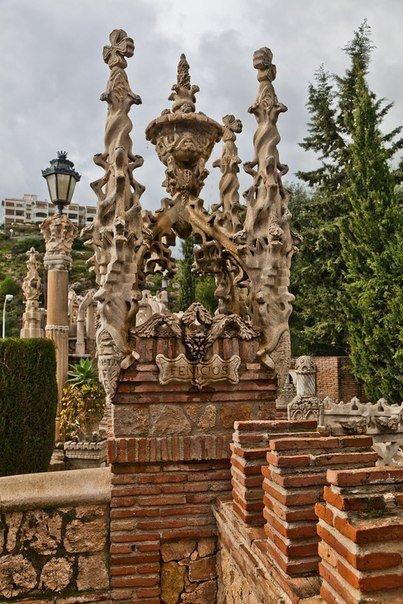 Фантастический замок Коломарес в Испании.