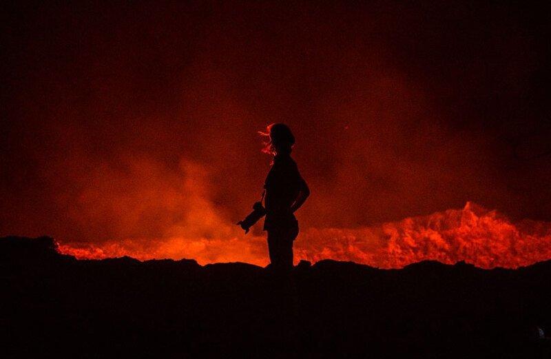 Турист возле кратера Эрта-Але. Фото: Эрик Лаффордже (Eric Lafforgue: Getty) безжизненное место, вулканы, интересное, фотографии