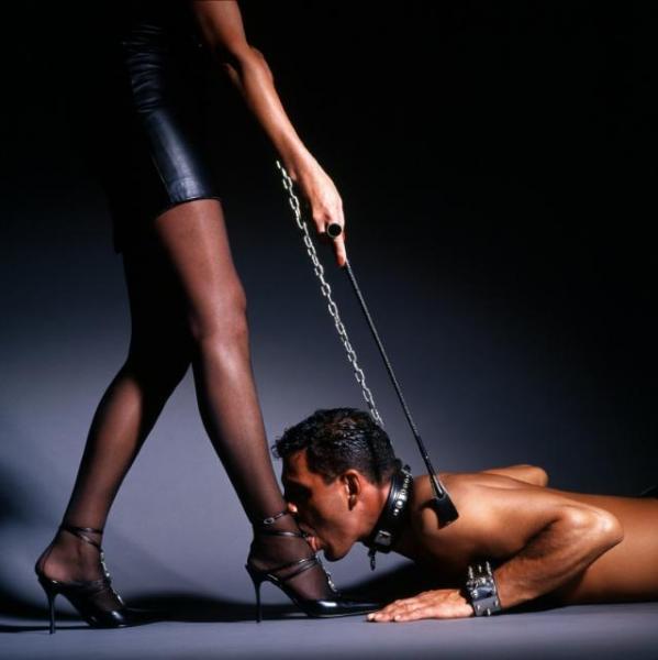 Раб целует ноги, грузинские женщины голые