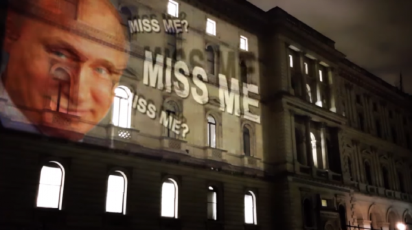 «Соскучились по мне?»: на здании МИД Великобритании появилось изображение улыбающегося Путина