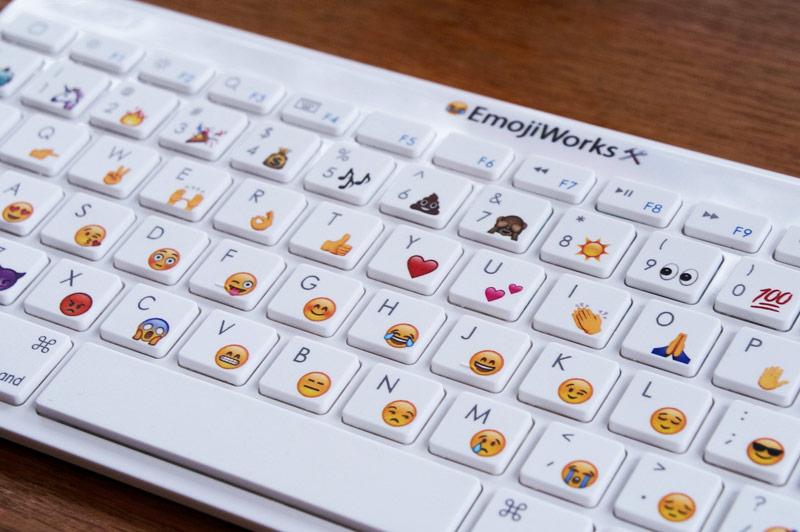 Хотите знать, как вставить любой смайлик в текст с клавиатуры?