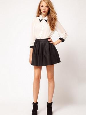 Девушка в короткой кожаной юбке и белой