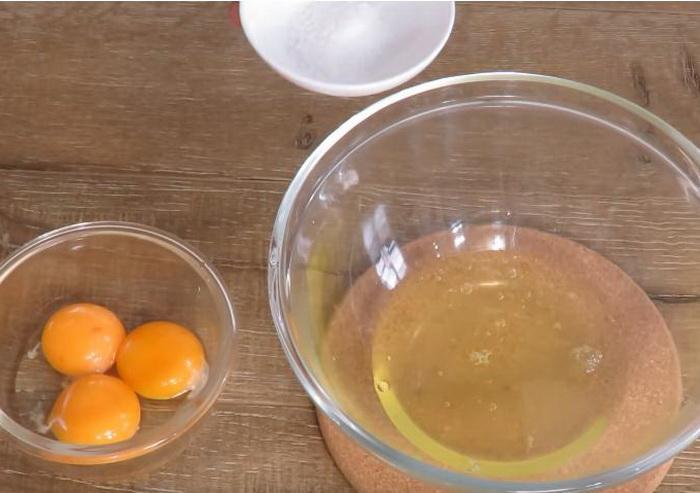 Для французского омлета белки нужно взбивать отдельно.