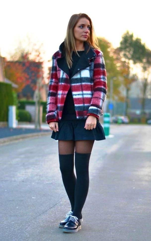 Девушка в короткой юбке и черных гольфах выше колена