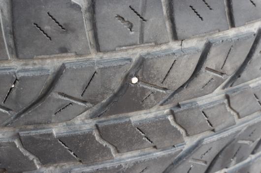 Как долго можно ездить с гвоздем в шине? авто и мото