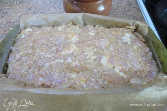 Продолговатую форму выстлать листом пекарской бумаги, смазанным маслом. Фарш разделить на 3 части, а капусту на 2. В форму выложить фарш, затем капусту, снова фарш, капусту. Последний слой — фарш. Накрыть фольгой и запекать 35 минут при температуре 200°C.