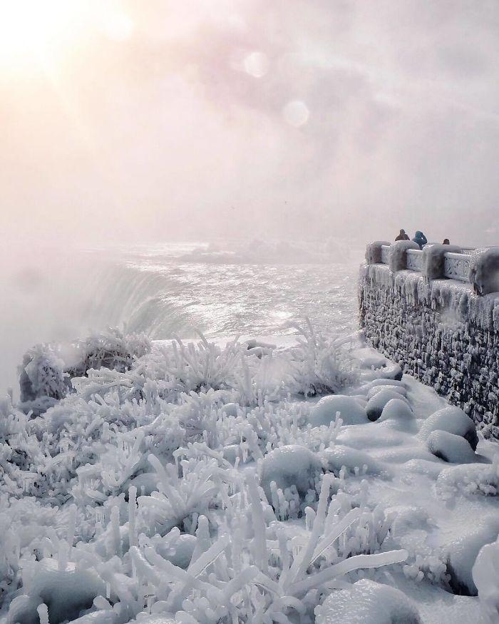 В США так холодно, что Ниагарский водопад замерз и выглядит как Нарния